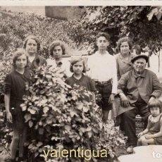 Fotografía antigua: PRECIOSA FOTOGRAFÍA TARJETA POSTAL. GRUPO FAMILIAR EN EL JARDÍN. PRINCIPIO DE LOS AÑOS 30.. Lote 121252623