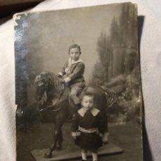 Fotografía antigua: FOTOGRAFÍA NIÑOS Y CABALLO DE CARTÓN F. ALLOZA. HUELVA. AÑO 1920. Lote 121536031