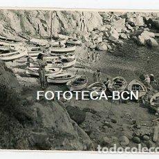 Fotografía antigua: FOTO ORIGINAL TOSSA DE MAR CALA BARCAS DE PESCADORES AÑO 1956. Lote 121701535