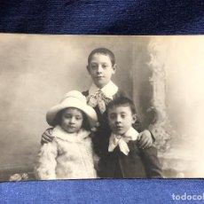 Fotografía antigua: TRES HERMANOS FOTO POSTAL LAZOS CUELLOS SOMBRERO CONSOLA ESPEJO ROCALLA YO MADRID PPIO S XX. Lote 122262831