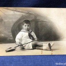 Fotografía antigua: NIÑO MARINERO VESTIDO BARCO VELA LATINA JUGUETE HOJALATA FOT LA IDEAL MADRID PPIO S XX. Lote 122263083