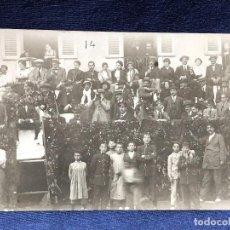 Fotografía antigua: CORRIDA ENCIERRO BARRERA FLORES HOJAS PUBLICO EN CASAS GRADAS EN PUEBLO PPIO S XX . Lote 122264051
