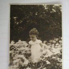 Fotografía antigua: NIÑA JUGANDO ENTRE LAS FLORES. Lote 122301775