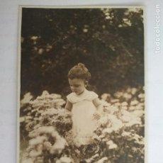 Fotografía antigua: NIÑA JUGANDO ENTRE LAS FLORES. Lote 122304163
