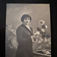 Alte Fotografie - Fotógrafo Unal Gerona mujer joven posando con flores inscrita no circulada 25/12/1913 - 123292870