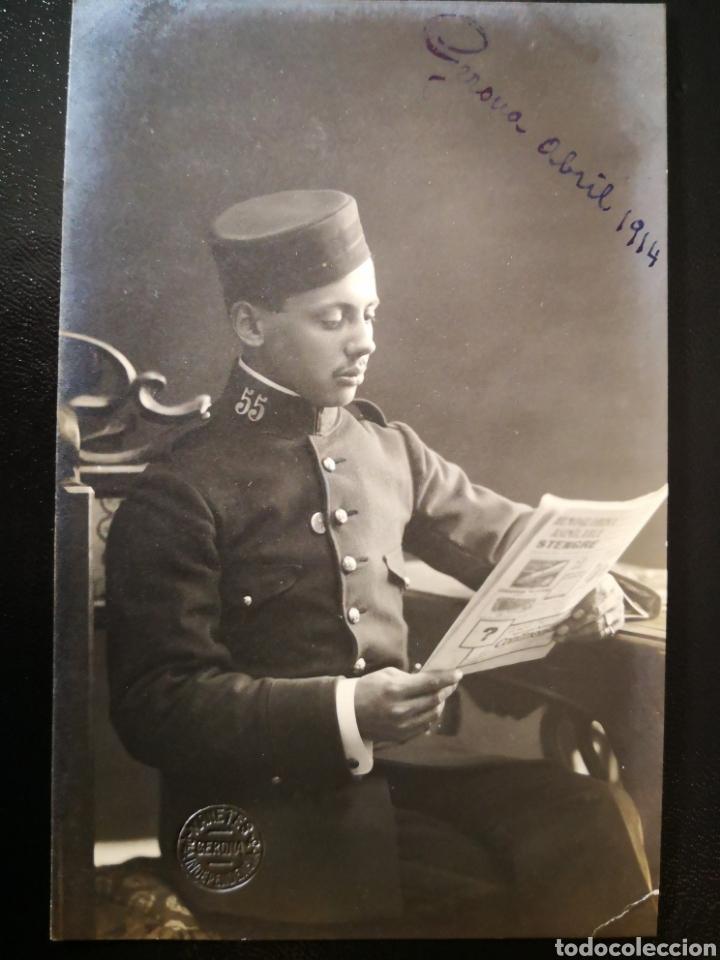 FOTO MANETES GERONA JOVEN MILITAR INSIGNIAS REGIMIENTO 55 LEYENDO PERIODICO INSCRITA NO CICRULADA (Fotografía Antigua - Tarjeta Postal)