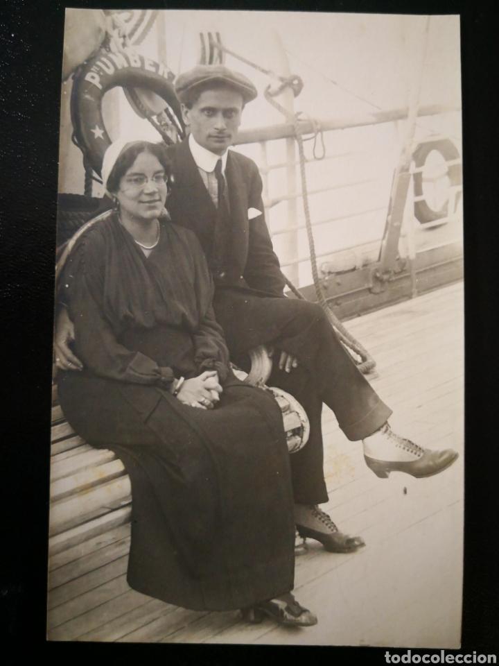 PAREJA HOMBRE Y MUJER SENTADOS EN BANCO DEL BARCO ITALIANO PRÍNCIPE UMBERTO NO INSCRITA NO CIRCULAD (Fotografía Antigua - Tarjeta Postal)