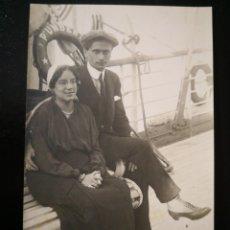 Alte Fotografie - Pareja hombre y mujer sentados en banco del barco italiano Príncipe Umberto no inscrita no circulad - 123293711