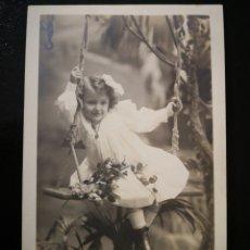 Fotografía antigua: ANTY EMILIO NAPOLEÓN BARCELONA RAMBLA NIÑA SENTADA EN COLUMPIO DE CUERDA VESTIDO BLANCO Y LAZITO. Lote 123293832