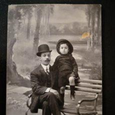 Alte Fotografie - Hombre con niño sentados en banco vestidos de negro con sombreros Amer Barcelona inscrita no circula - 123293862