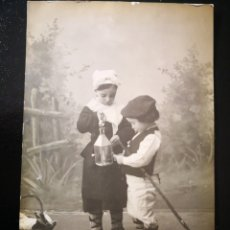 Fotografía antigua: NIÑA Y NIÑO VESTIDOS DE LECHERA Y PASTOR ZAPATOS CUERO CON FAROLILLO Y CESTA DE COMIDA INSCRITA. Lote 123293895