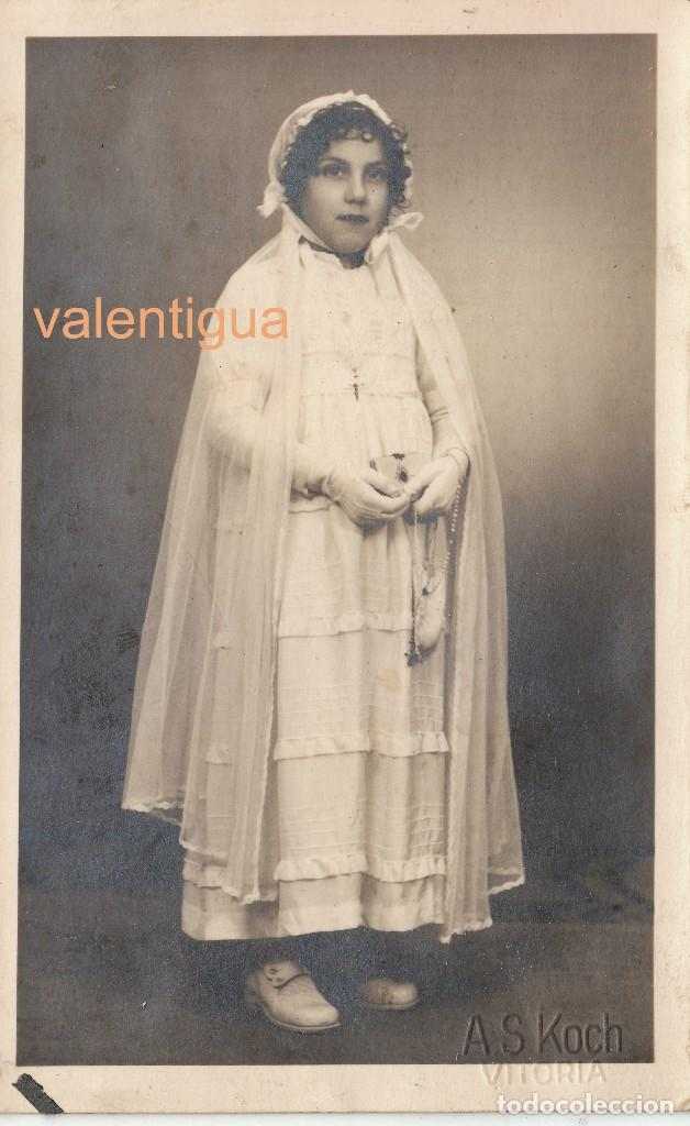 PRECIOSA FOTOGRAFÍA, TARJETA POSTAL. NIÑA CON VESTIDO DE COMUNIÓN, A S KOCH, VITORIA. AÑOS 20-30 CM (Fotografía Antigua - Tarjeta Postal)