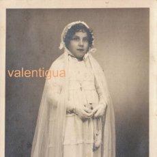 Fotografía antigua: PRECIOSA FOTOGRAFÍA, TARJETA POSTAL. NIÑA CON VESTIDO DE COMUNIÓN, A S KOCH, VITORIA. AÑOS 20-30 CM. Lote 124918259