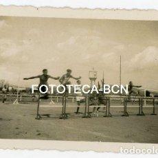 Fotografía antigua: FOTO ORIGINAL CARRERA VALLAS ATLETISMO CAMPO FUTBOL DEPOSITO AGUA POSIBLEMENTE CATALUNYA AÑO 1935. Lote 126729903