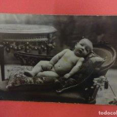 Fotografía antigua: MUY ANTIGUA FOTO BEBE POSANDO EN FORMATO POSTAL. FOT. J. ROVIRA. BARCELONA. Lote 127435403