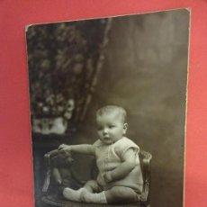 Fotografía antigua: MUY ANTIGUA FOTO BEBE POSANDO CON OSITO TEDDY EN FORMATO POSTAL. FOT. NIEPCE. BARCELONA. Lote 127435471