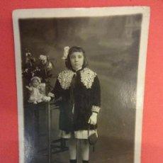 Fotografía antigua: MUY ANTIGUA FOTO NIÑA POSANDO CON MUÑECA EN FORMATO POSTAL. FOT. ALOGRAFF BARCELONA. Lote 127435575