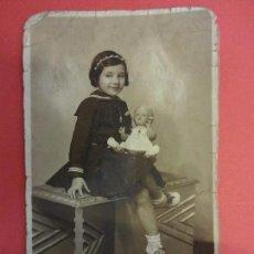 Fotografía antigua: MUY ANTIGUA FOTO NIÑA POSANDO CON MUÑECA EN FORMATO POSTAL. FOT. BLASKE BARCELONA. Lote 127435659