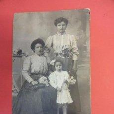 Fotografía antigua: MUY ANTIGUA FOTO GRUPO DE DAMAS EN FORMATO POSTAL. FOT. MANETES BARCELONA. Lote 127435827