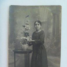 Fotografía antigua: BONITA FOTO DE ESTUDIO DE SEÑORITA CON MACETERO Y FLORES . DE SANZ, SEVILLA.. Lote 128383331