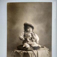 Fotografía antigua: FOTOGRAFIA POSTAL, BEBE VESTIDO DE CHULAPO, AÑOS 20, SIN CIRCULAR, FOTOGRAFO VERONES, MADRID. Lote 128926159