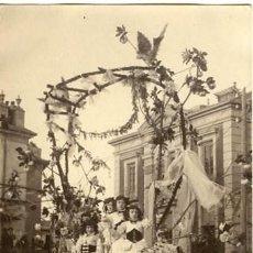 Fotografía antigua: MURCIA. CARROZA PARTICIPANTE EN LA BATALLA DE FLORES DE 1913. IDENTIFICACIÓN POR EL DORSO. Lote 130129815
