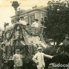 Fotografía antigua: MURCIA. CARROZA PARTICIPANTE EN LA BATALLA DE FLORES DE 1913. IDENTIFICACIÓN POR EL DORSO. Lote 130130083