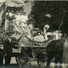 Fotografía antigua: MURCIA. CARROZA PARTICIPANTE EN LA BATALLA DE FLORES DE 1913. IDENTIFICACIÓN POR EL DORSO. Lote 130130107