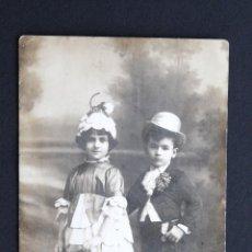 Fotografía antigua: FOTOGRAFIA ANTIGUA - TARJETA POSTAL - PAREJA DE HERMANOS - CIRCULADA. Lote 130539078
