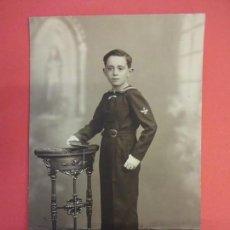 Fotografía antigua: NIÑO DE COMUNION POSANDO EN ESTUDIO. TAMAÑO TARJETA POSTAL. Lote 132392534