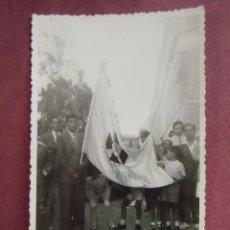 Fotografía antigua: MURCIA.FOTO SIN IDENTIFICAR,EN LA BANDERA PUEDE LEERSE:MURCIA 1940,PARROQUIA DE SAN...?. Lote 133675622