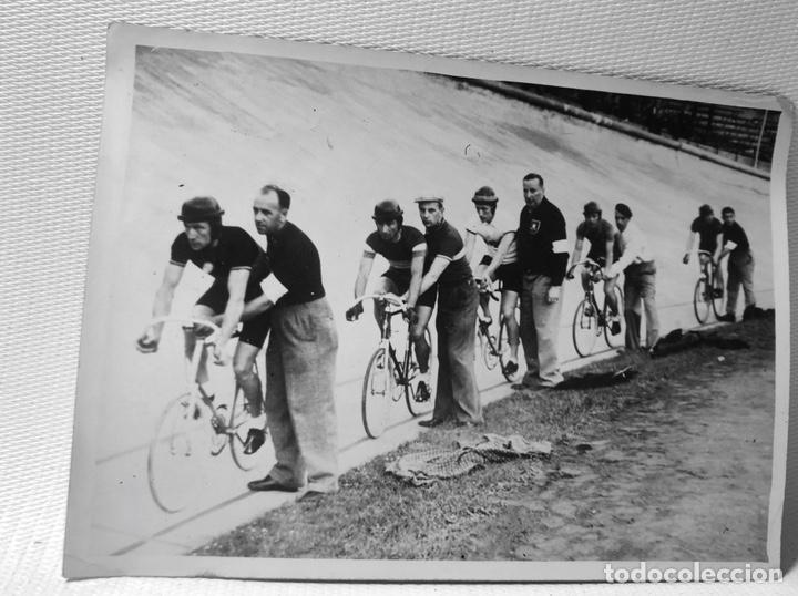 FOTOGRAFIA CORREDORES DE PISTA ·· AÑOS 60 (Fotografía Antigua - Tarjeta Postal)