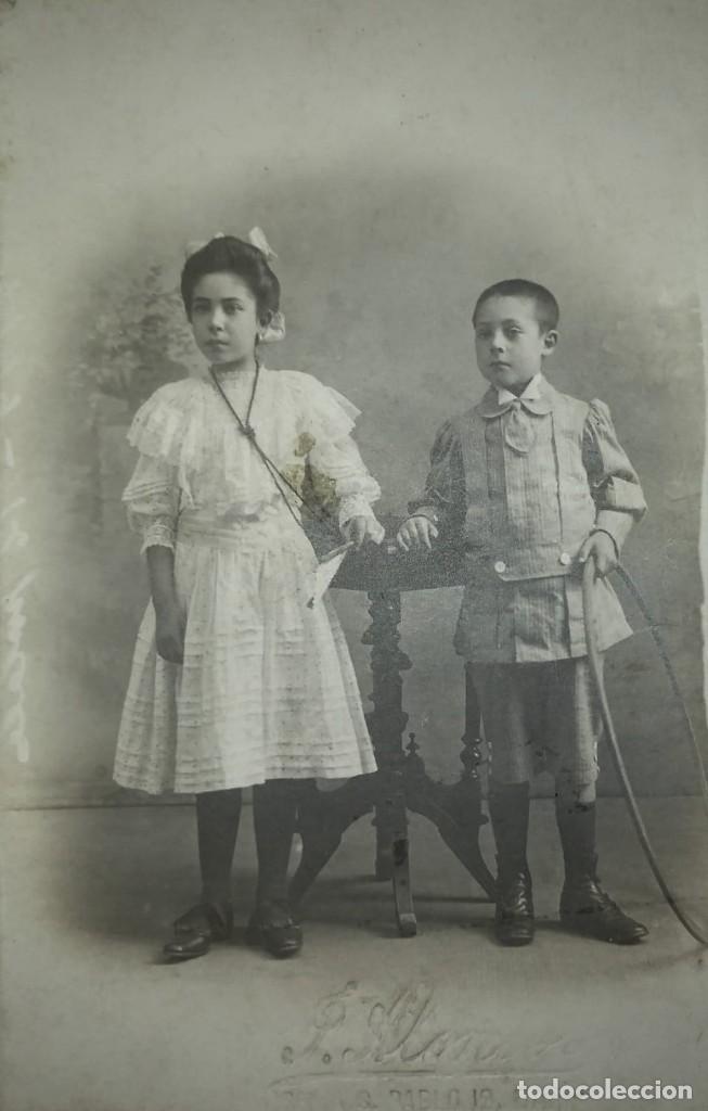 J. ALONSO FOTÓGRAFO 13,5X8,5 CM NIÑO Y NIÑA PRIMERA COMUNIÓN HULA HOOP (Fotografía Antigua - Tarjeta Postal)