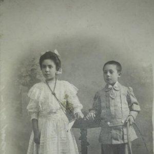 J. Alonso fotógrafo 13,5x8,5 cm Niño y niña primera comunión Hula hoop