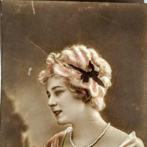 1916 foto postal mujer collar de perlas y rosas 5029/30