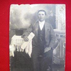 Fotografía antigua: FOTOGRAFÍA DE UN SEÑOR PORTANDO UN EJEMPLAR DEL ABC PRINCIPIOS DEL XX. Lote 135702415