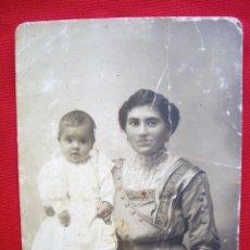 Fotografía antigua: FOTOGRAFÍA DE MADRE E HIJO REALIZADA EN CORDOBA EN 1914. Lote 135703147