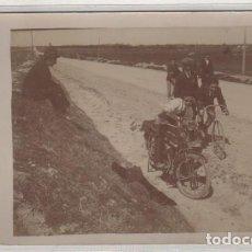 Fotografía antigua: POSTAL FOTOGRÁFICA MOTOS Y BICICLETAS. SIN CIRCULAR. NO FIGURA FOTÓGRAFO. . Lote 135794038