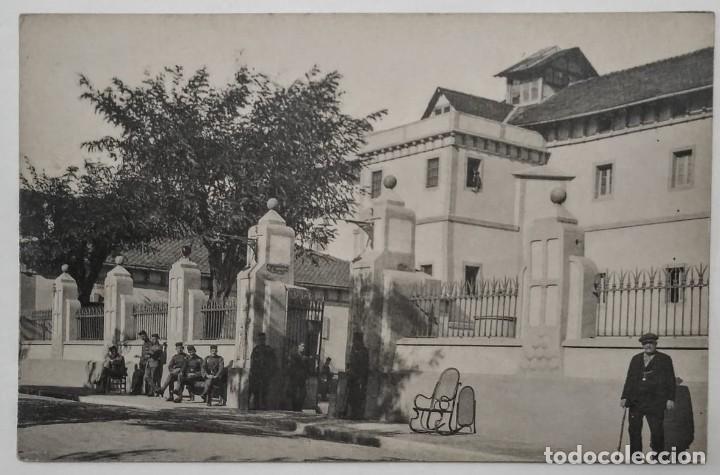 GUARDIAS CIVILES DESCANSANDO EN LA PUERTA DEL CUARTEL (Fotografía Antigua - Tarjeta Postal)