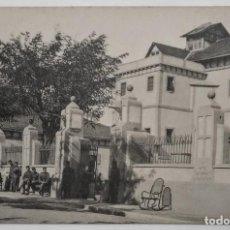 Fotografía antigua: GUARDIAS CIVILES DESCANSANDO EN LA PUERTA DEL CUARTEL. Lote 135796178