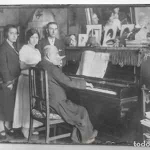 1923 FOTO POSTAL COSTUMBRISTA TOCANDO EL PIANO
