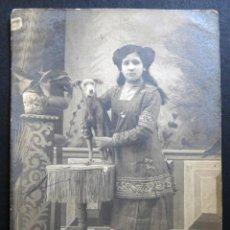 Fotografía antigua: ANTIGUA FOTO-POSTAL D NIÑA CON PERRO. POSIBLEMENTE REALIZADA EN BARCELONA. Lote 136260058
