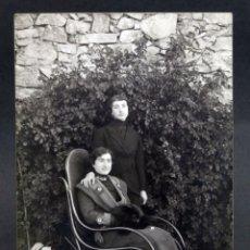 Fotografía antigua: FOTO POSTAL DOS MUJERES CON MECEDORA THONET R GUILLEMINOT BOESPFLUG ET CIE PARÍS SIN CIRCULAR. Lote 138781254