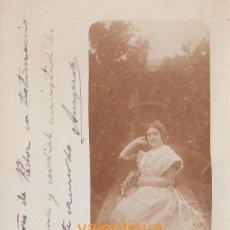 Fotografía antigua: FANTÁSTICA FOTO TARJETA POSTAL. JOVEN MUJER EN HUERTO NARANJOS VESTIDA DE VALENCIANA FALLERA 1904 CB. Lote 137332010