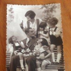 Fotografía antigua: ANTIGUA POSTAL DE HERMOSA FAMILIA EN BANCO, CON DEDICATORIA. Lote 137513364