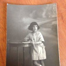 Fotografía antigua: TARJETA POSTAL - NIÑA REPOSANDO EN MESILLA. Lote 137514452