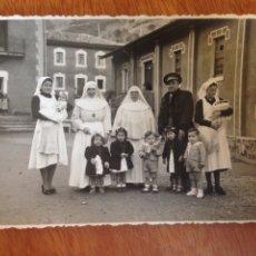 Fotografía antigua: TARJETA POSTAL - MADRES SUPERIORAS JUNTOS A HERMOSAS NIÑAS. Lote 137568584