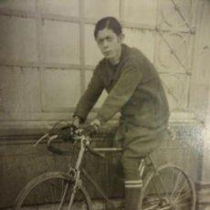 Fotografía antigua: ANTIGUA FOTOGRAFIA TAMAÑO POSTAL. CICLISTA POSANDO CON LA BICICLETA. CIRCA 1920. Lote 138011042