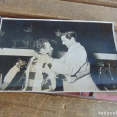 Fotografía antigua: FOTO FOTOGRAFIA FELICITANDO A ARTISTA FOTO JOSE NARBONA SEVILLA. Lote 138085126