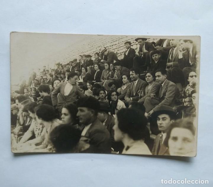1927 FOTO POSTAL PÚBLICO PLAZA DE TOROS (Fotografía Antigua - Tarjeta Postal)